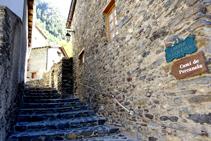 Nous montons les escaliers de la rue du Querol.
