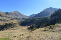 Vues vers le sud-est : au fond le Tossal de la Truita ou pic de Perafita (2752 m), le col de Claror et le Monturull (2759 m).