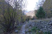 Chemin pavé de la vallée du Madriu.