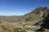 Lac Negre de Juclar et pic de Rulhe depuis le col de Juclar.
