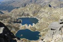 Les lacs de Juclar au pied de la pyramide du pic d´Escobes.