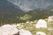 La clairière éclatante avec le village d´Encamp au fond de la vallée.
