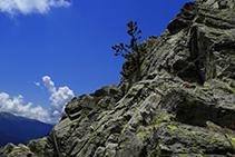 Chaînes sur le rocher.