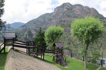 Diverses installations de jeux dans le parc pour enfants Terra Bogada.