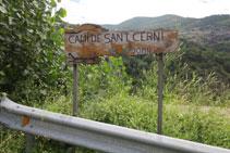 Panneau affichant « Camí de Sant Cerni - 20 min ».