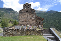 La façade de l´église avec le cimetière.
