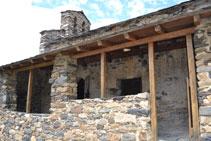 Le porche des XVIIe et XVIIIe siècles, postérieur à la construction d´origine de l´église.