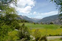 Les prés en regardant vers le nord depuis le versant ombragé de La Gonarda.