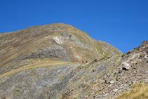 Vue sur la large crête du Serrera, d´où descendent deux randonneurs.