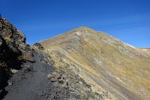 Sentier par la crête entre le col d´Els Meners et le pic de La Serrera.