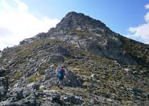 Nous quittons le chemin pour progresser sur la crête en passant par de petites collines d´herbes et de pierre.