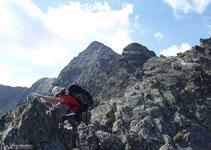 Après avoir franchi la fissure, nous progressons sur la crête pour atteindre le premier pic (2643 m).