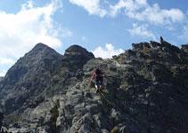 Nous escaladons les blocs de niveau I et II pour atteindre le premier sommet de la crête.