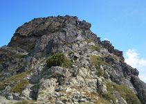En regardant vers le nord, une descente évidente pour aller cherche le col nous permettant d´atteindre le deuxième sommet.