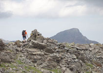 Nous passons par un grand sommet, avec le pic de Tristaina derrière.