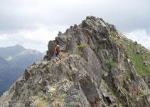 Cette partie de la crête ne présente aucune difficulté, mais nous aurons parfois besoin de nos mains pour franchir certains blocs de roche.