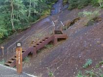 Escaliers d´accès à l´entrée de la mine de Llorts.