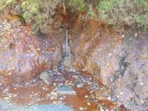 Source naturelle avec une grande accumulation de fer.