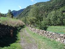 Le chemin traverse des murs en pierre, point 6.