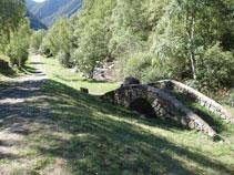 Le pont avec la sculpture à côté du chemin.