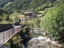 Nous observons les premières maisons de La Cortinada.