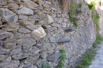 Détail d´un mur en pierre sèche à Aixirivall.